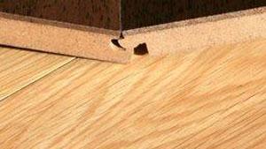 Pavimento in legno che si solleva